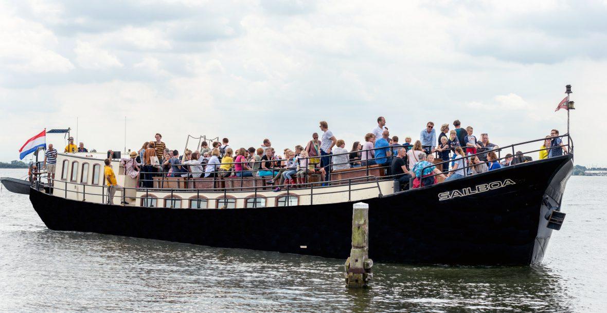 Ms Sailboa ferry service by boat to muiden castle muiderslot vaart dagelijks van Amsterdam IJburg naar Pampus en Muiderslot. Tijdens schoolvakanties vaart de Veerdienst ook vanuit Almere.