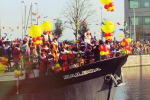 Pakjesboot Sinterklaas Sailboa vaart van IJburg naar het huis of winterverblijf van Sinterklaas het Muiderslot