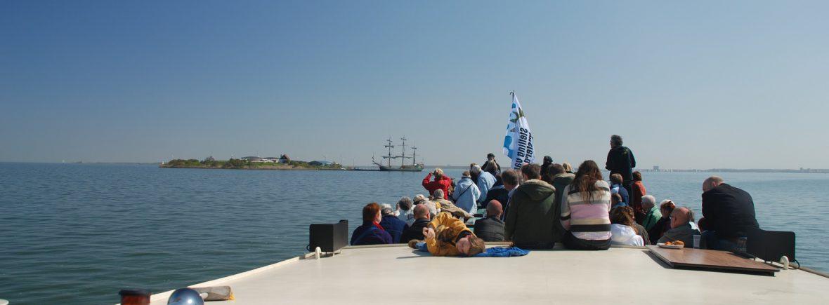 Vaar mee met de boot van de Veerdienst van Amsterdam (IJburg) of Almere naar Pampus of het Muiderslot