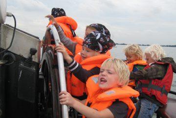 schoolreis, excursie of uitje vanuit amsterdam of almere naar pampus of muiderslot. Een leuk avontuur op het water met spel en speurtocht.