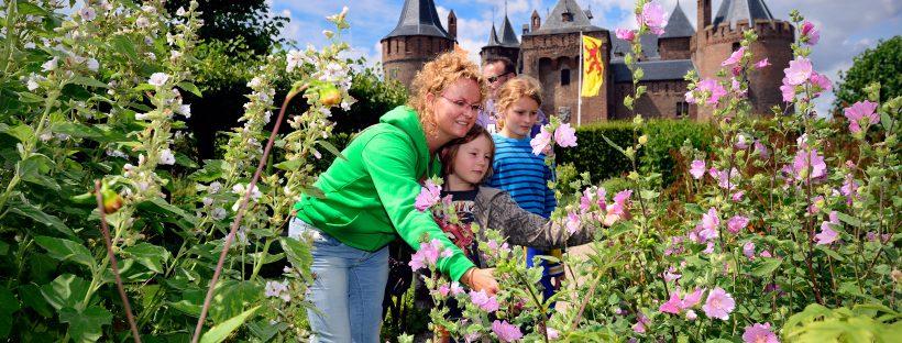 kasteeltuin van muiderslot is leuk voor kinderen en volwassenen, vaar mee met de stadspas