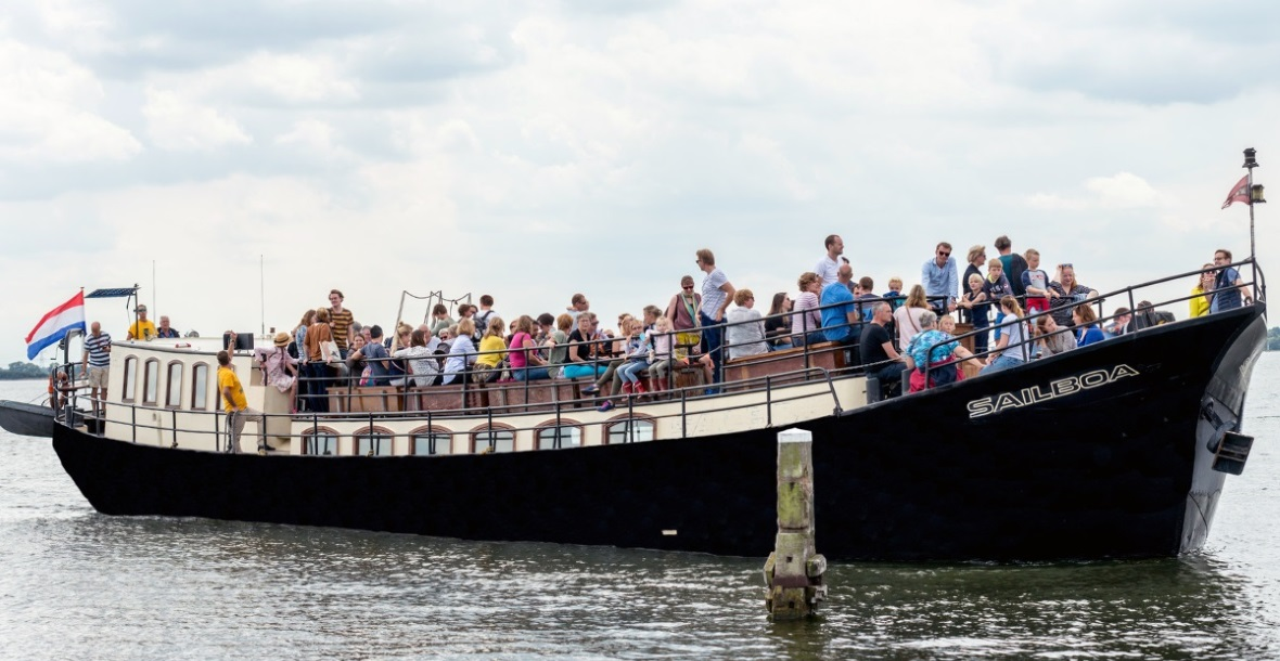 Sailboa boot mensen varen veerdienst amsterdam