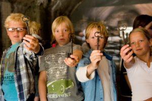 Schoolreis naar Pampus met veerdienst Amsterdam kinderen laten sleutel zien tot multimedia van Pampus