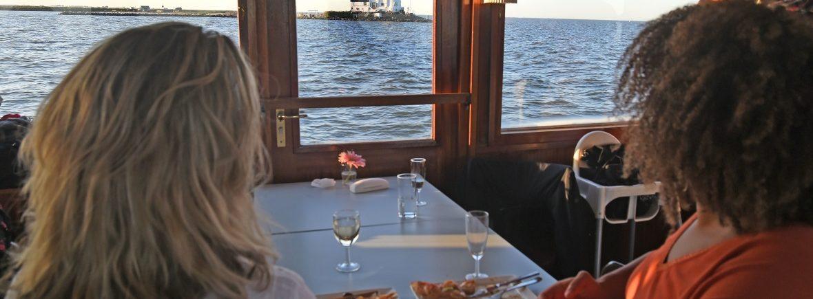 Take Away Boot Diner setting op Salonboot de Elvira met uizicht op het Paard van Marken