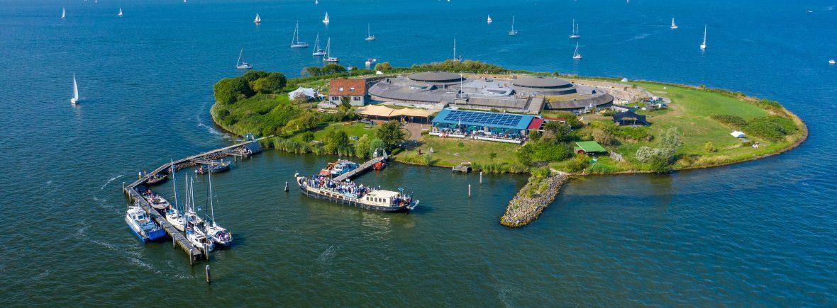 Reserveren Veerdienst Amsterdam Sailboa meert aan bij forteiland Pampus