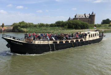 Veerdienst Amsterdam schoolreis Sailboa vaart weg met scholieren van kasteel het Muiderslot