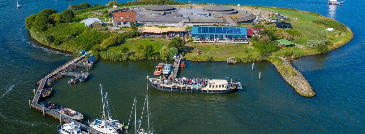 Veerdienst Almere sailboa aangemeerd bij forteiland Pampus luchtfoto